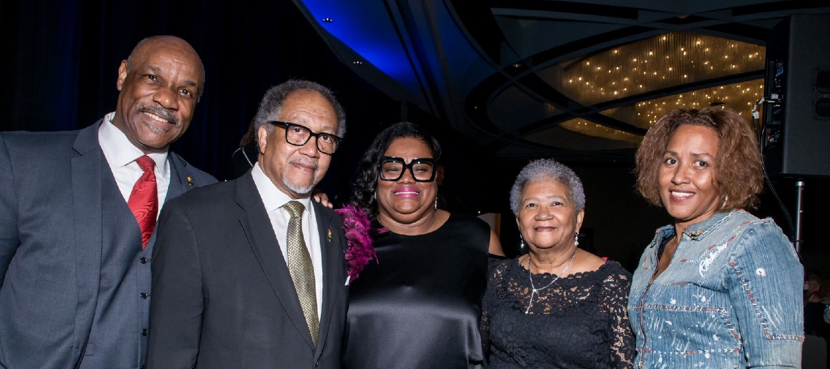 Sun Reporter Publisher Amelia Ashley Ward (center) is joined by (left to right) North Dallas Gazette Publisher Thurman Jones, NNPA President and CEO Dr. Benjamin F. Chavis, Jr., NNPA Chairman of the Board and Crusader Newspapers Publisher Dorothy R. Leavell and the New York Daily Challenge's Kari Watkins.